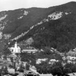 Zona centrală cuprinde: Biserica romano-catolică, Școala și Primăria, Jandarmeria, Birourile Administrației Minelor, Parcul, locuințe. În fundal:Masivul Haitău
